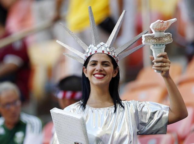 """""""Nữ thần tự do"""" cũng đến """"tiếp thêm sức mạnh"""" cho đội tuyển Mỹ trong trận gặp Bồ Đào Nha ở Arena da Amazonia (Manaus)."""