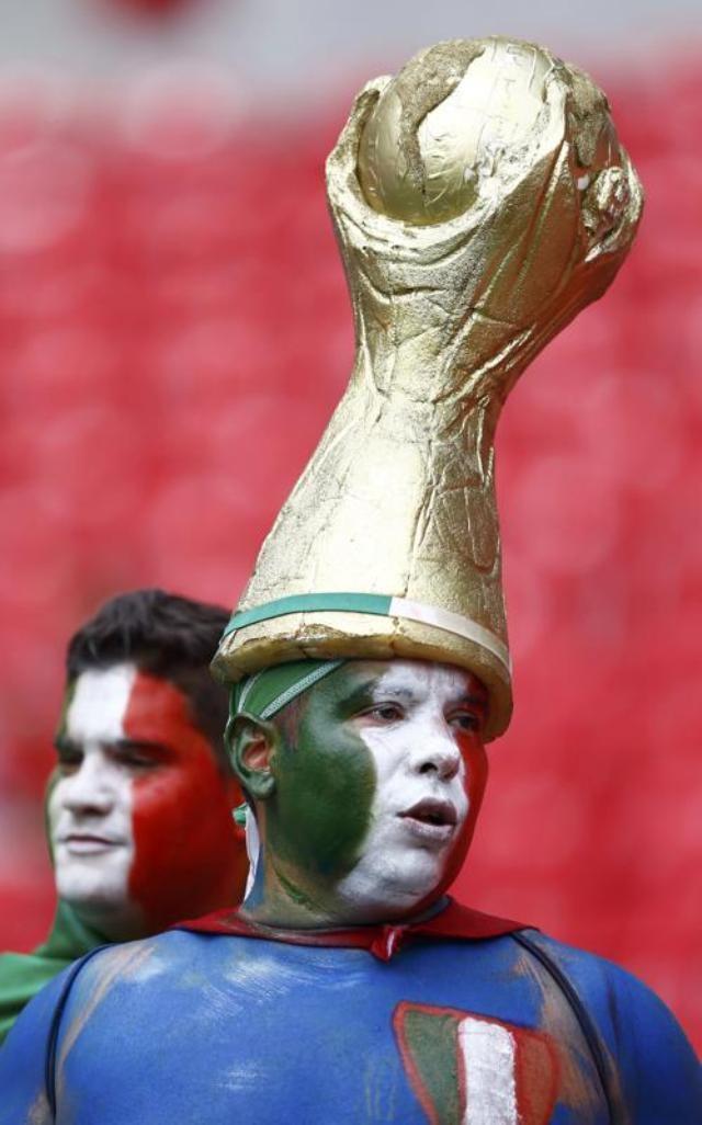 Chiếc mũ hình cup vàng đặc trưng của World Cup được người hâm mộ Italy đội cổ vũ các cầu thủ nước nhà thi đấu với Costa Rica ở sân vận động Arena Pernambuco.