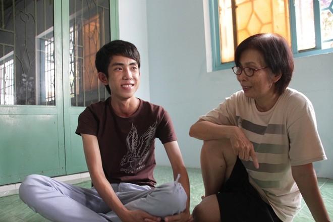 Trung Nhân đang ở nhà trọ miễn phí của cô Nguyễn Thị Huệ. Sáng nay, mẹ em phải vào viện mổ tim.