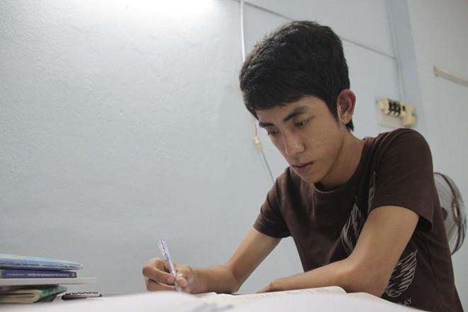Nhân tự nhủ cố gắng hoàn thành tốt kì thi để mẹ vui lòng.