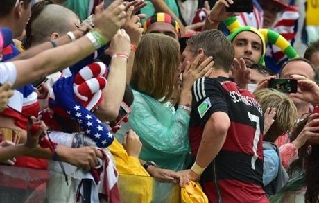 Sau trận cuối cùng bảng G với ĐT Mỹ, ngôi sao ĐT Đức, Schweinsteiger hạnh phúc chạy đến bên bạn gái, siêu mẫu Sarah Brandner trao nụ hôn nồng cháy.