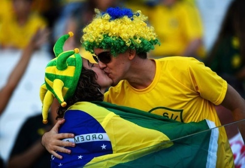 Nụ hôn nóng bỏng của cặp đôi nước chủ nhà Brazil