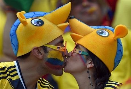 Cặp đôi Colombia hạnh phúc với thành tích xuất sắc của đội nhà.