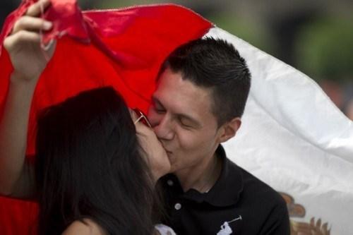 """Màn """"khóa môi"""" dưới quốc kỳ của cặp đôi"""