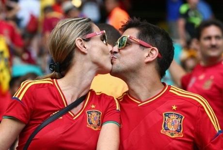 Nụ hôn rực rỡ sắc đỏ của CĐV Tây Ban Nha, đội bóng đã nhanh chóng trở thành cựu vô địch ngay sau vòng bảng