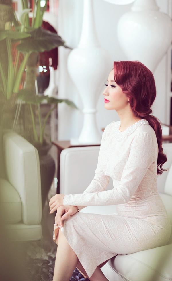 Phần tóc được tết đơn giản, rủ dài giúp Khánh Thi trông thật kiêu sa.