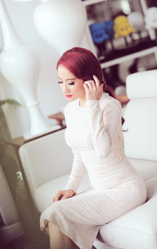 Trong không gian sang trọng của trung tâm nội thất Phố Xinh, Khánh Thi tạo dáng thật chuyên nghiệp, làm nổi bật lên bộ trang phục và tôn lên vẻ quyến rũ cùng những đường cong tuyệt đẹp của nữ hoàng dance sport.