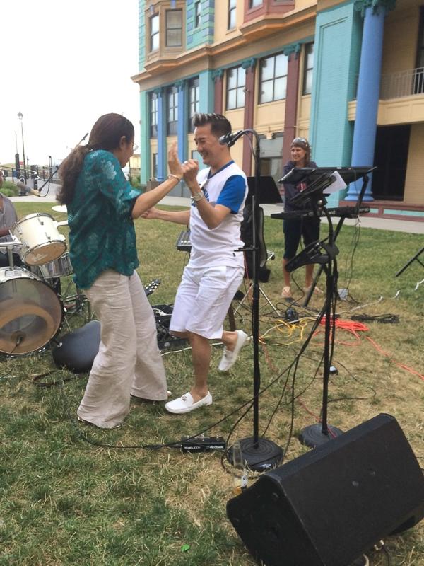 """Cũng tại khu vực khách sạn nơi anh ở (lúc này đang tổ chức một buổi tiệc chiều ngoài trời), Mr Đàm đã có cơ hội """"bất đắc dĩ"""" hát chung với một ban nhạc của Mỹ - Tin sao Viet - Tin tuc sao Viet - Scandal sao Viet - Tin tuc cua Sao - Tin cua Sao"""