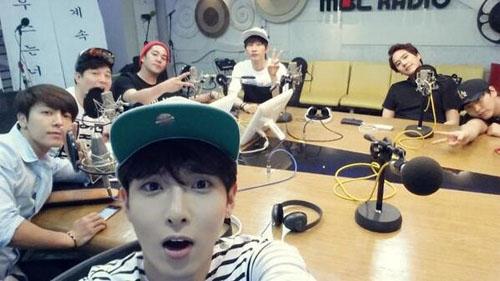 Ryeowook khoe hình Super Junior để tạm biệt chương trình radio do Shindong làm DJ.
