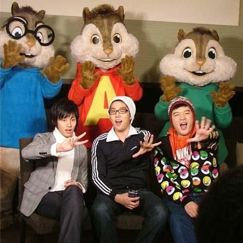 """Bên cạnh đoó, Heechul cũng khoe hình cùng Kang In và Shin Dong với nội dung: """"Cám ơn cậu làm việc thật chăm chỉ trong thời gian qua, Shindong"""""""