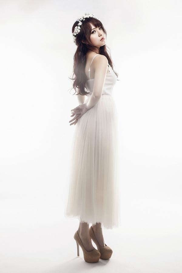 Thái Trinh đã vất vả ăn kiêng, tập thể dục cật lực, nuôi tóc dài trở lại, để có một ngoại hình xinh đẹp hơn, phù hợp với hình ảnh mong manh của cô gái trong ca khúc