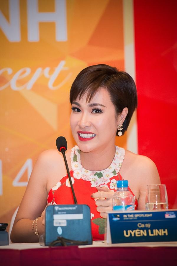 Mở màn chuỗi chương trình In the spotlight phiên bản mới là ca sỹ Uyên Linh.
