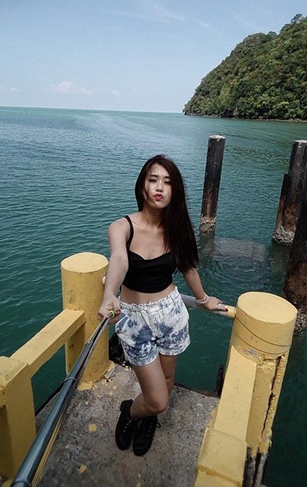 Ngọc Thảo hí hửng chụp ảnh với cây gậy tự sướng trong chuyến du hí ở Malaysia.