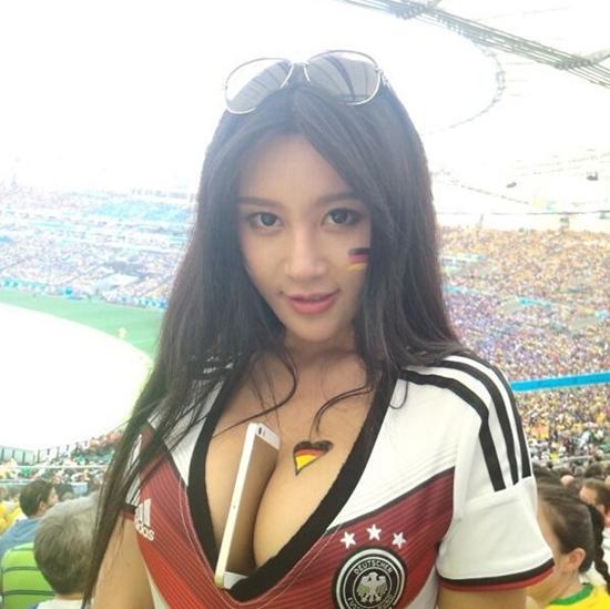 [ Bóng Đá ] Hot girl nhét điện thoại giữa khe ngực cổ vũ Đức