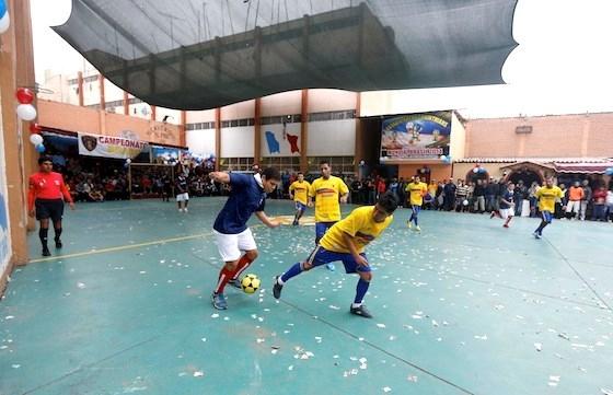 Các đội tranh tài với đồng phục đa dạng - Ảnh: Reuters