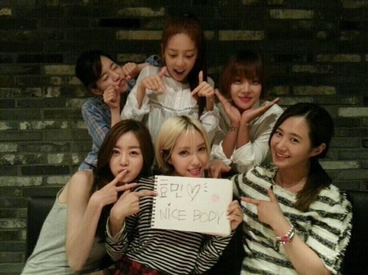 Yuri, Sunny, Hara, Narshar và Sunhwa cùng nhau chúc mừng album đầu tiên của Hyomin