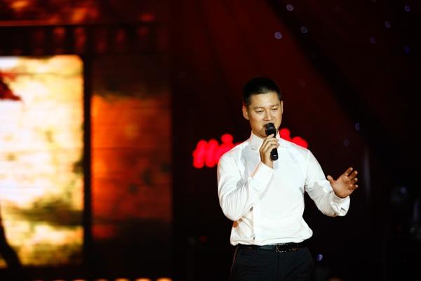 """Tiết mục thứ 2 được tiếp nối với ca khúc """"Hai mươi mùa xuân"""" của nhạc sỹ Trần Lê Quỳnh, do Đức Tuấn thể hiện."""