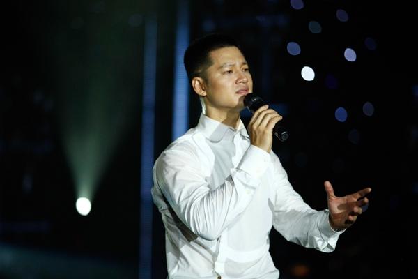 Một trong những tiết mục khiến khán giả thót tim nhất của Đức Tuấn trong liveshow tối qua là tiết mục Thiên Thai (sáng tác: Văn Cao).