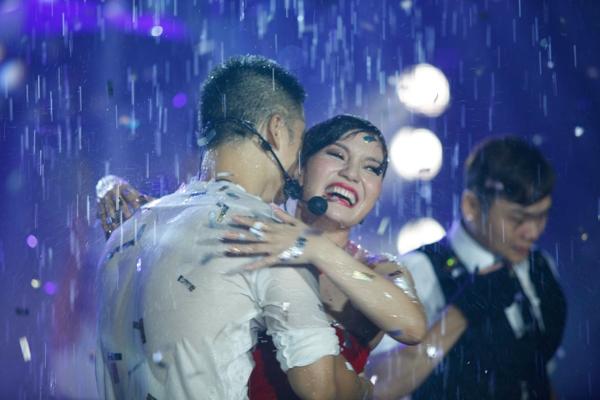 Các ca khúc được phối lại và kết hợp với nhau đầy mới mẻ, tươi vui và rộn ràng. Cả hai ca sỹ cũng không ngại bước vào hồ nước và đắm chìm trong cơn mưa, với âm nhạc và những vũ điệu đầy đam mê.
