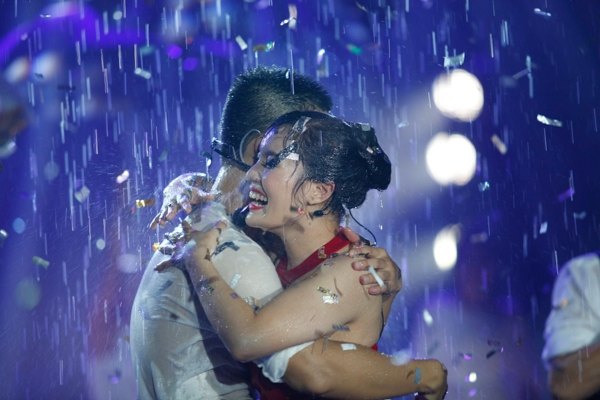 Đức Tuấn ôm chặt Ngọc Anh dưới mưa trong liveshow Dấu ấn