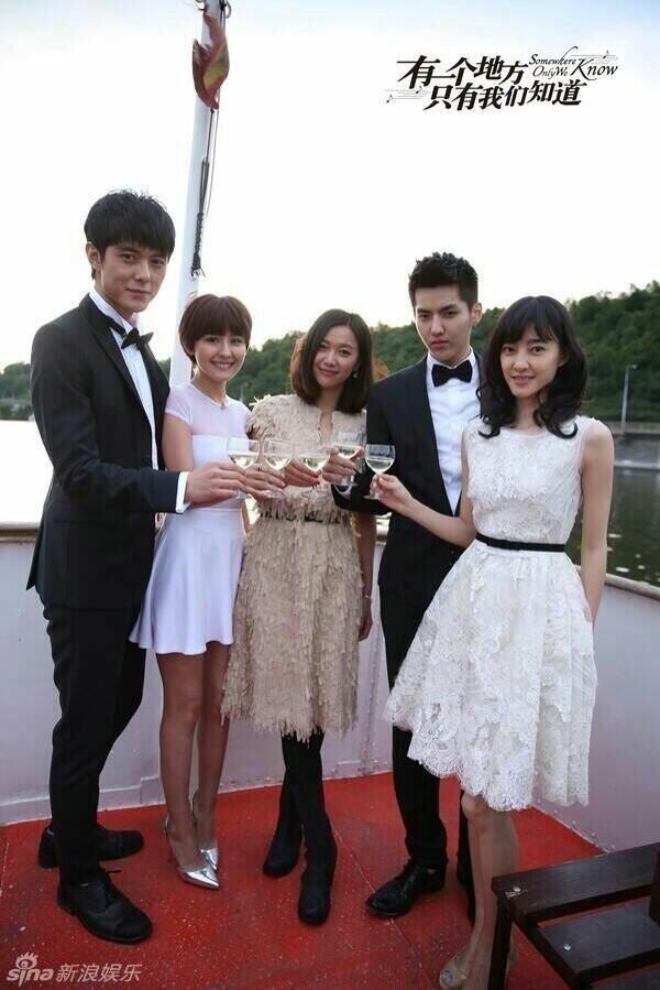 Kris và Từ Tịnh Lôi bên dàn diễn viên của bộ phim Somewhere Only We Know