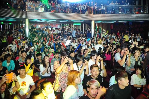 Buổi offline có sự góp mặt của hơn 300 fan cùng 200 khách mời là người thân, bạn bè và đồng nghiệp của ca sĩ Sơn Tùng M-TP. - Tin sao Viet - Tin tuc sao Viet - Scandal sao Viet - Tin tuc cua Sao - Tin cua Sao