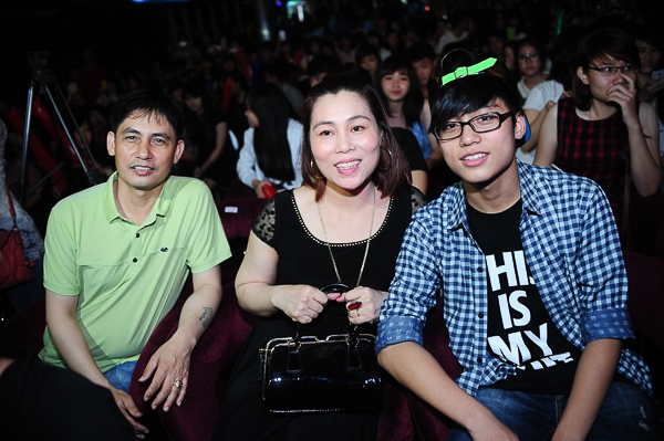 Trong ngày sinh nhật tròn 20 tuổi của con trai, bố mẹ cùng em trai Việt Hoàng của ca sĩ Sơn Tùng cũng đã tranh thủ đến từ rất sớm để có thể theo dõi con trên sân khấu. - Tin sao Viet - Tin tuc sao Viet - Scandal sao Viet - Tin tuc cua Sao - Tin cua Sao