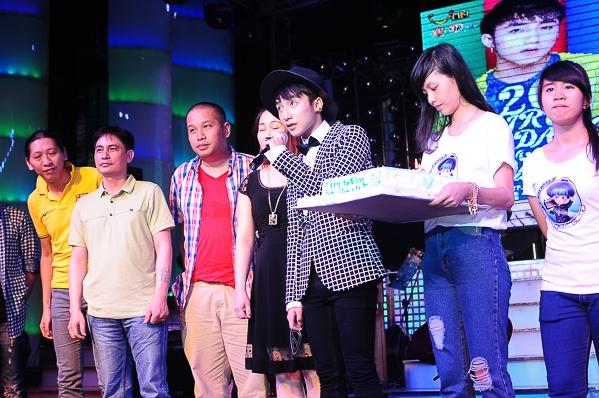 Ba mẹ, em trai, nhạc sĩ Hà Quang Minh, đạo diễn Quang Huy cùng đại diện nhà tài trợ đã cùng nhau hát ca khúc mừng sinh nhật và cùng nhau cắt bánh mừng sinh nhật nam ca sĩ.  - Tin sao Viet - Tin tuc sao Viet - Scandal sao Viet - Tin tuc cua Sao - Tin cua Sao