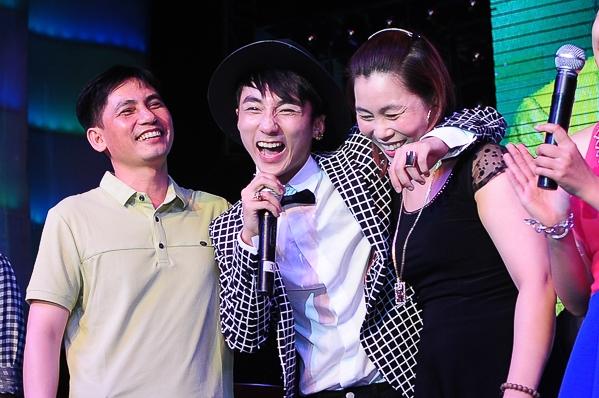 Sơn Tùng và em trai hát Cơn mưa ngang qua tặng bố mẹ - Tin sao Viet - Tin tuc sao Viet - Scandal sao Viet - Tin tuc cua Sao - Tin cua Sao