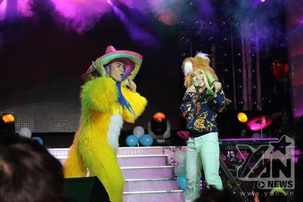 Mi-A hóa cáo trên sân khấu.