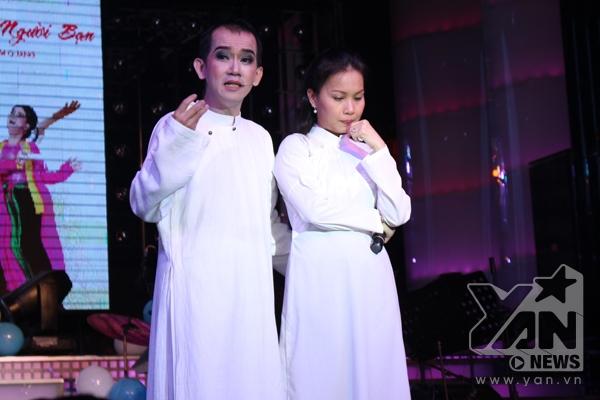 Chị Tư Cẩm Ly xúc động khi cùng với Minh Thuận biểu diễn lại một trích đoạn ngắn trong vở cải lương nổi tiếng Chuyện tình Lan và Điệp.