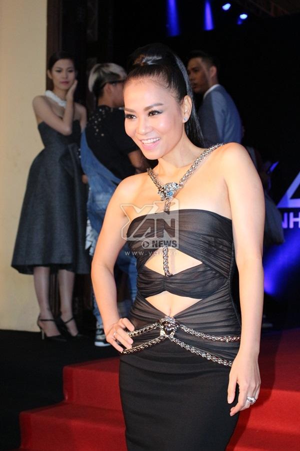 Đến với một cuộc thi về thời trang, Thu Minh cũng diện cả cây hàng hiệu lên đến gần 100 triệu với những đường nét cắt cúp khéo léo khoe vẻ gợi cảm và không kém phần sang trọng. - Tin sao Viet - Tin tuc sao Viet - Scandal sao Viet - Tin tuc cua Sao - Tin cua Sao