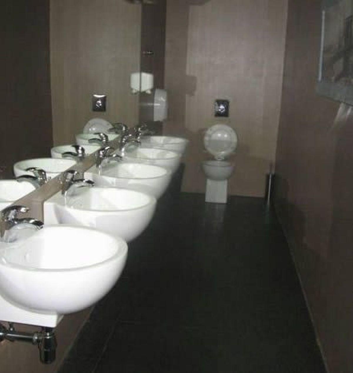 Có điều gì đó bị thiếu đi trong nhà vệ sinh này thì phải...