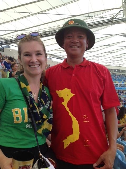 Anh Hoàn mặc chiếc áo có in hình bản đồ Việt Nam với 2 quần đảo Hoàng Sa - Trường Sa