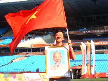 CĐV Hoàn với ảnh Bác Hồ và cờ Việt Nam.