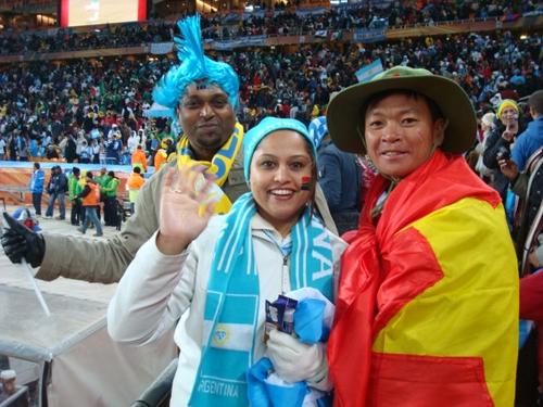 Văn Trần Hoàn (phải) luôn mang theo cờ Tổ quốc khi ra nước ngoài xem bóng đá. Ảnh: NVCC.