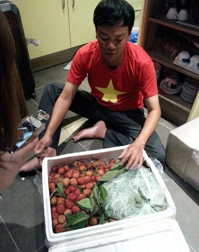 Thùng xốp đựng quả chôm chôm và sấu tươi mà anh Văn Trần Hoàn mang tới Brazil.