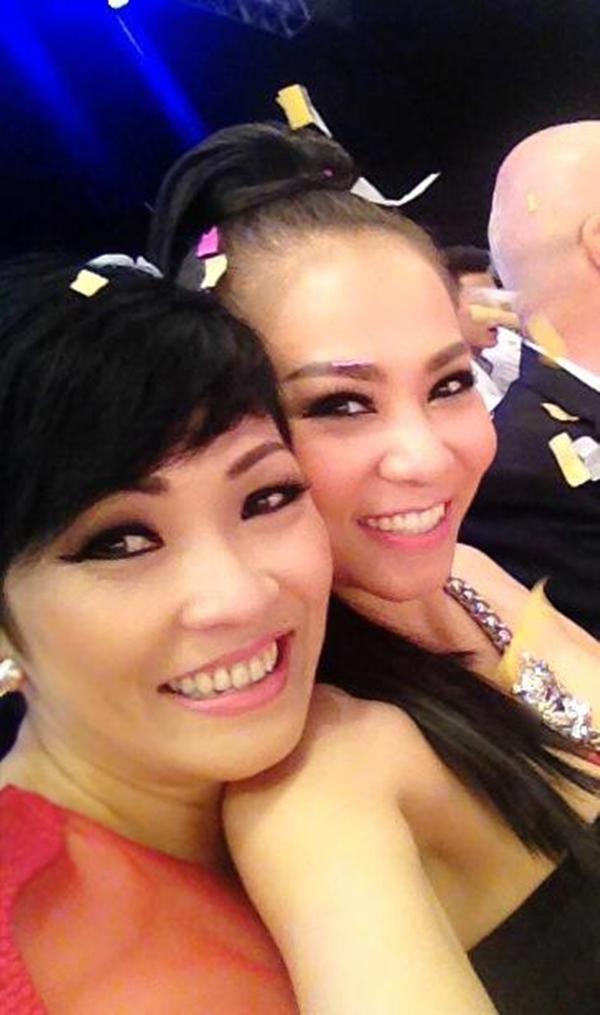 """Thu Minh hớn hở chụp ảnh cùng với đàn chị Phương Thanh.Cô ca sĩ Đường cong hí hửng chia sẻ: """"Thấm thoát đã 19 năm từ ngày mình biết nhau nhỉ...!!!"""""""