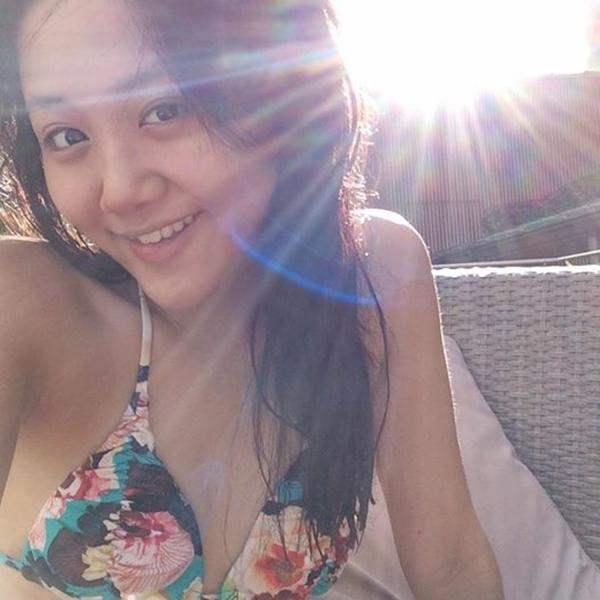 Diện bộ bikini với họa tiết hoa bắt mắt, Văn Mai Hương khoe mặt mộc xinh xắn dưới nắng hè.