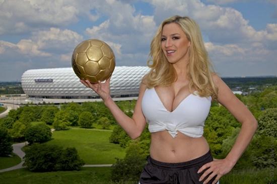 Người đẹp ngực khủng là fan cuồng của ĐT Đức