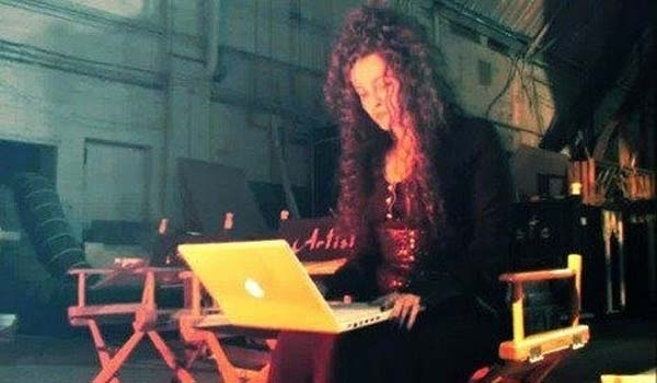 Và ngay cả phù thủy Bellatrix Lestrange trong Harry Potter cũng đã có thể kiểm tra e-mail bằng laptop rồi