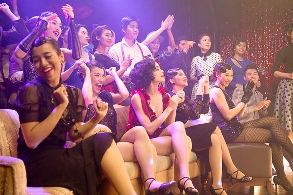 Ngoài 3 diễn viên nước ngoài: Isidi, Jewaria và Travis Claus, trong MV còn là sự tập hợp của 100 diễn viên được tìm kiếm và chọn lựa kĩ càng tăng thêm tính sống động và chân thật cho từng thước phim trong MV. - Tin sao Viet - Tin tuc sao Viet - Scandal sao Viet - Tin tuc cua Sao - Tin cua Sao