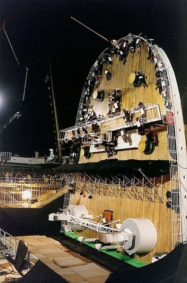 Tàu Titanic trước khi bị chìm hoàn toàn trong buổi tối định mệnh...