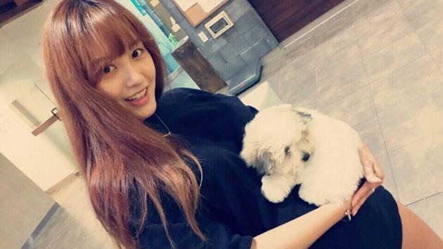Jaekyung (Rainbow) khoe hình cùng chú cún cực đáng yêu