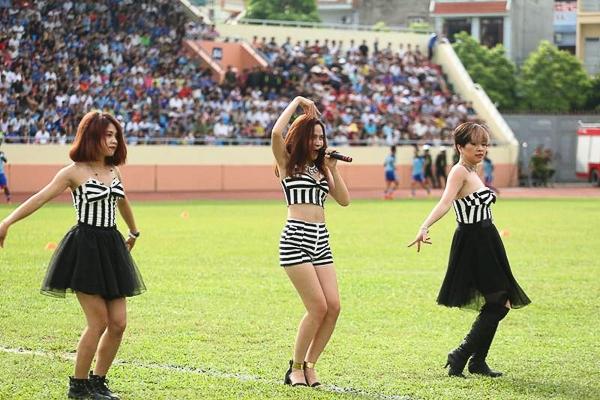 Mới đây, Lưu Hương Giang cùng các nghệ sĩ đã có buổi biểu diễn tại sân vận động Cẩm Phả (Quảng Ninh) trước trận thi đấu giữa Quảng Ninh và Đà Nẵng.