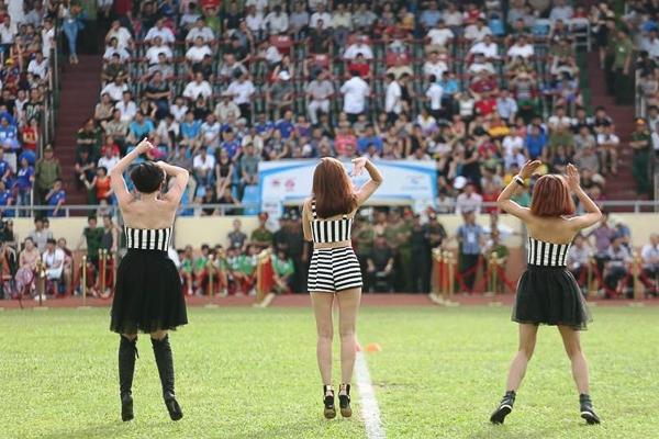 Tuy biểu diễn ở sân khấu là sân vận động rộng lớn nhưng Lưu Hương Giang đã khiến cho tất cả khán giả phải đứng lên hò hét và nhảy theo điệu nhạc của cô.