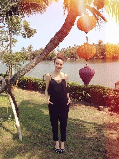 Yến Trang kết hợp áo hai dây và quần tây cùng màu. Cả cây đen sang trọng và quyến rũ.