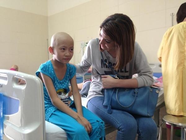 """Chiều qua, Tuấn Hưng đã cùng với mẹ, cô học trò Hạnh Sino và người mẫu Andrea đã đến thăm những bệnh nhân ung thư tại một bệnh viện. Anh đã ân cần, hỏi thăm tình trạng sức khỏe của các bệnh nhân. Người nhà của những bệnh nhân đã vô cùng xúc động trước tấm lòng của anh chàng ca sĩ """"Nắm lấy tay anh"""". Nhân chuyến đi từ thiện lần này, Tuấn Hưng cũng gửi một chút quà đến người nhà bệnh nhân.Món quà tuy nhỏ nhưng nó thể hiện tình yêu thương, sự đồng cảm đối với những bệnh nhân mắc phải căn bệnh hiểm nghèo này."""