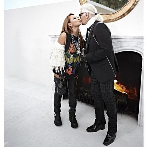 CL khoe hình thân thiết vớiKarl Lagerfeld