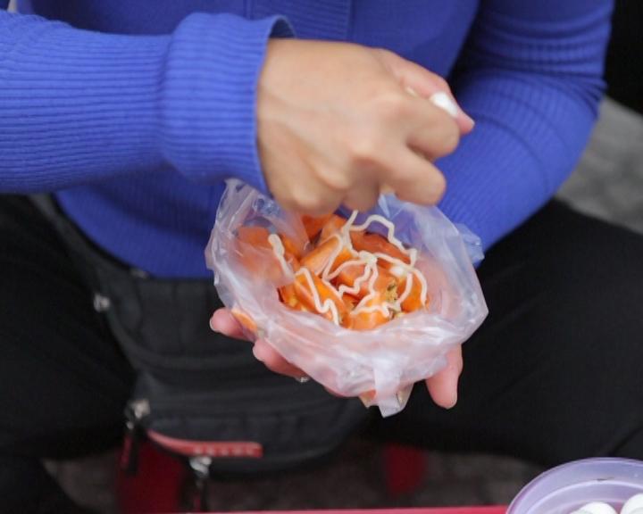 [Bếp chiến] Sơn Tùng chiến thắng Gil Lê bằng món bánh tráng chua ngọt